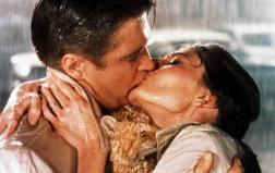 Sotto la pioggia per le vie di New York il bacio tra Audrey Hepburn e George Peppard in 'Colazione da Tiffany' di Blake Edwards (1961)