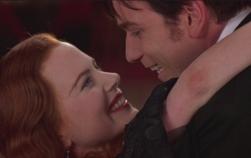 Nicole Kidman e Ewan McGregor danno vita alla storia d'amore tra Satine e Christian in 'Moulin Rouge' di Buz Luhrmann (2001)