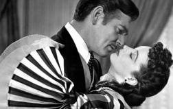 Il bacio appassionato tra Rossella O'Hara e Rhett Butler, interpretati da Vivien Leigh e Clark Gable 'Via col vento', di Victor Fleming (1939)